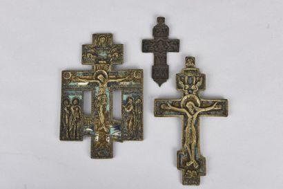 Trois croix orthodoxes en cuivre gravé, deux...