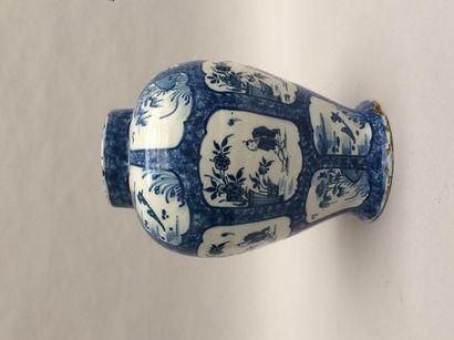 Une potiche en faïence à décor de chinois...