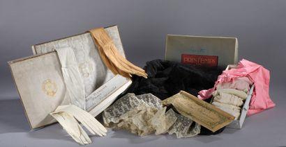Ensemble de textiles anciens : dix-huit paires...