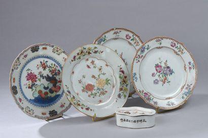 Ensemble de quatre assiettes en porcelaine...