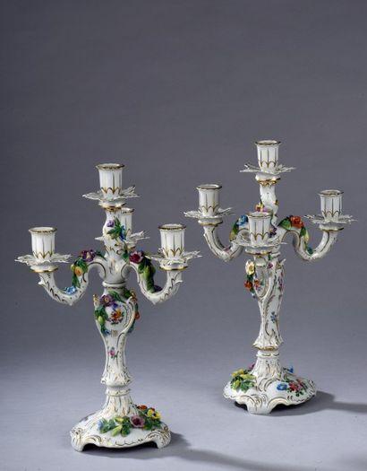 *SAXE / Paire de candélabres en porcelaine...