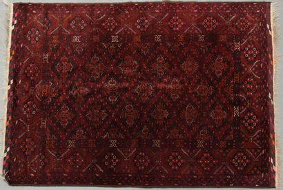 Grand et fin tapis en laine à décor de losanges...