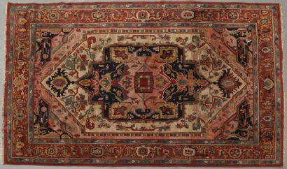 Grand tapis en laine à large médaillon central...