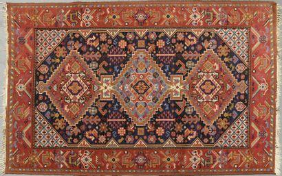 Deux tapis rectangulaires, un à trois médaillons...