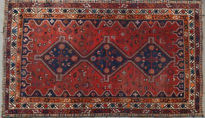 Deux grands tapis en laine à décor géométrique...