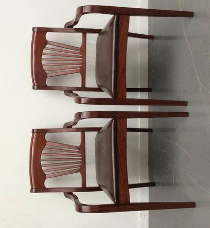 Suite de deux fauteuils, le dossier à barrettes...