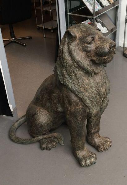 Paire de lions assis la tête haute, en bronze...