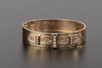 Bracelet jonc ouvrant en or jaune 18k orné...