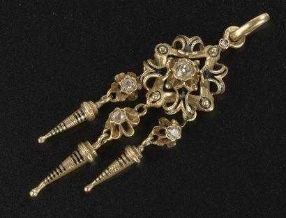 Pendentif en or jaune 18k à décor d'agrafes,...
