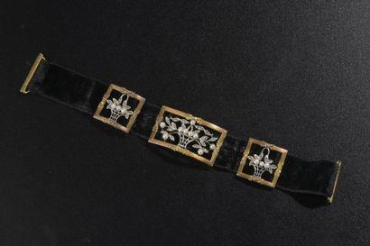 Bracelet constitué d'un ruban de velours...