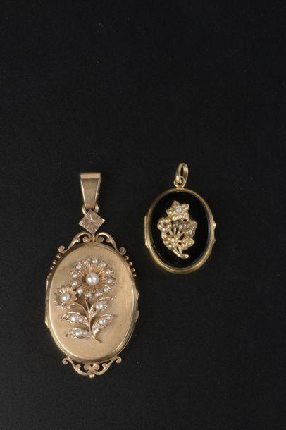 Deux pendentifs porte-photo ovales en or...