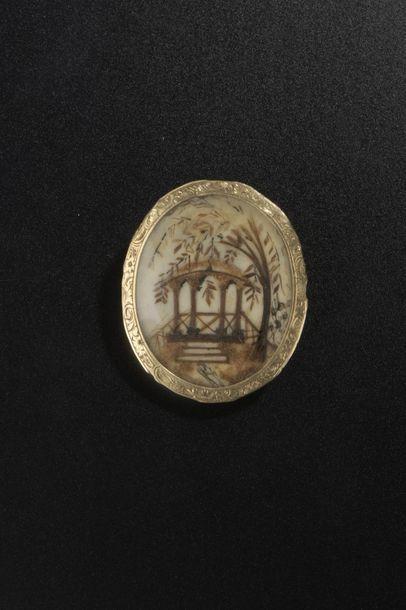 Broche ovale en argent à décor en cheveux...