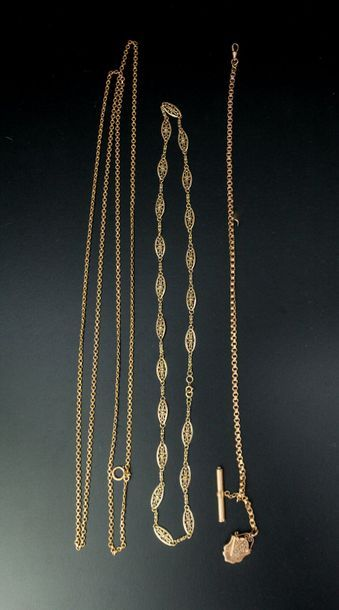 Trois chaînes en or jaune 18k, l'une à maillons...