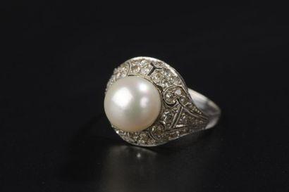 Bague en platine piquée d'une perle fine...