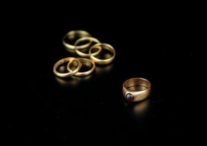 Six bagues anneaux ou chevalières en or jaune...
