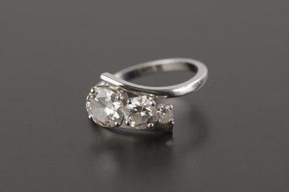 Bague en or gris 18k et platine, ornée de trois diamants ronds demi-taille et de...