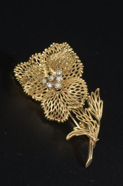 Broche fleur en or jaune 18k, les pétales...