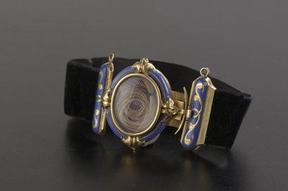 Bracelet ruban de velours noir, le médaillon...