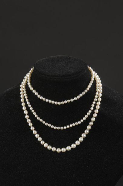 Sautoir de deux-cent-cinq perles fines en...