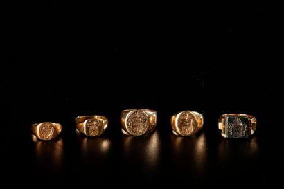 Ensemble de cinq chevalières en or jaune...