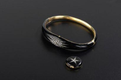 Bracelet rigide ouvrant en or jaune 9k, émaillé...