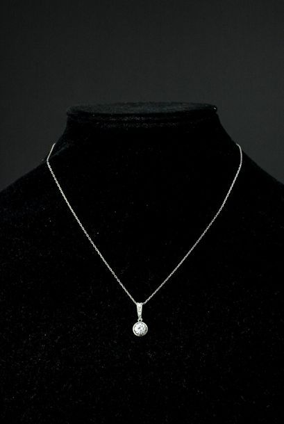 Pendentif en or gris 18k griffé d'un diamant...
