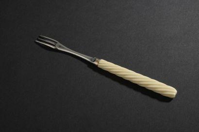 Petite fourchette à trois dents en argent,...