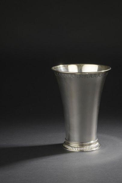 Vase cornet à col évasé en argent, la lèvre...