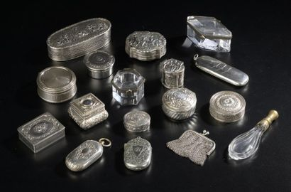 Ensemble de sept objets de vitrine en argent...