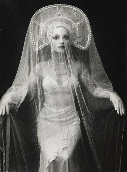 Irina IONESCO (née en 1930). Modèle au voile,...