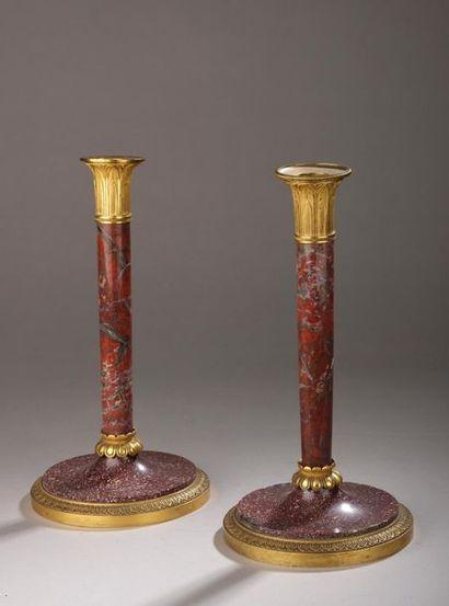Paire de flambeaux en porphyre (éclats), marbre rouge du Languedoc postérieur et...
