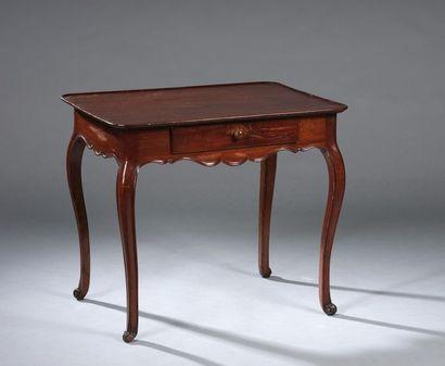 Petite table cabaret en acajou et placage d'acajou ouvrant à un tiroir en ceinture...