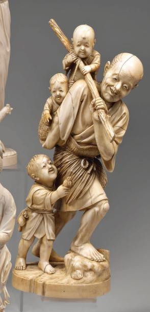 Okimono en ivoire : pêcheur marchant portant deux enfants dans un panier sur le...