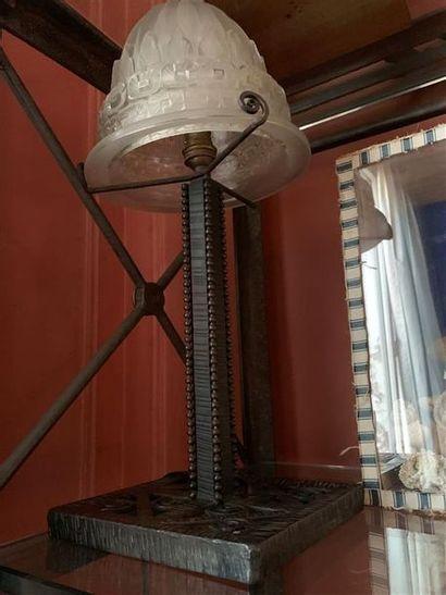 Lampe en fer forgé, abat-jour en verre Dans...