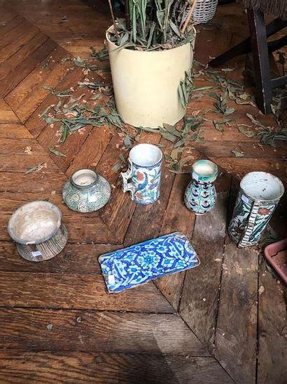 Lot de cinq vases et un carreau en céramique...