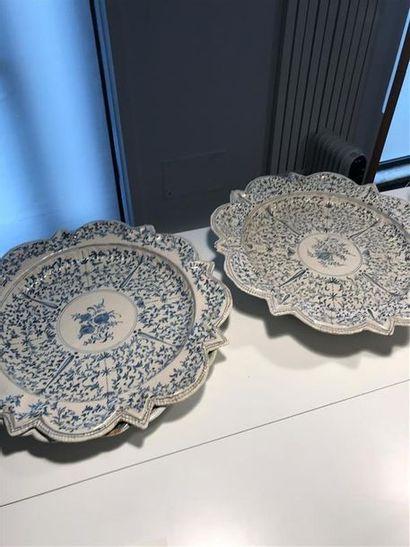 Deux grands plats à décor bleu rayonnant...