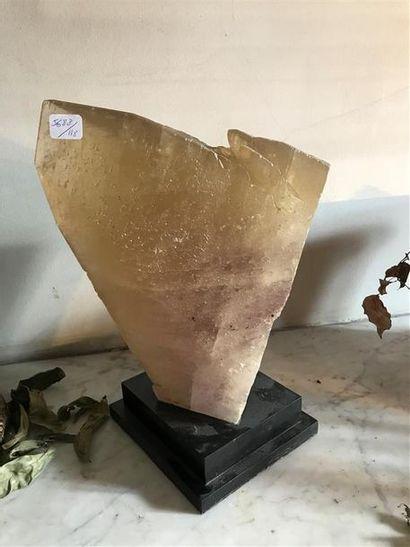 Fragment de quartz taillé, sur socle.