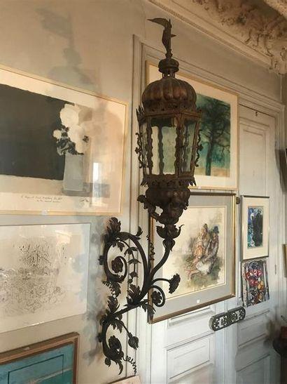 Grande lanterne en fer forgé à décor de putti...