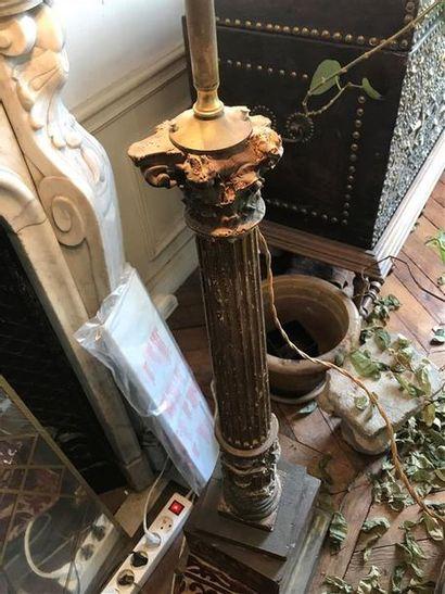 Deux pique-cierges montés en lampe en bois...
