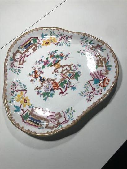 Plat trilobé en porcelaine à décor polychrome...