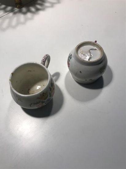Deux petites tasses en faience à décor polychrome...