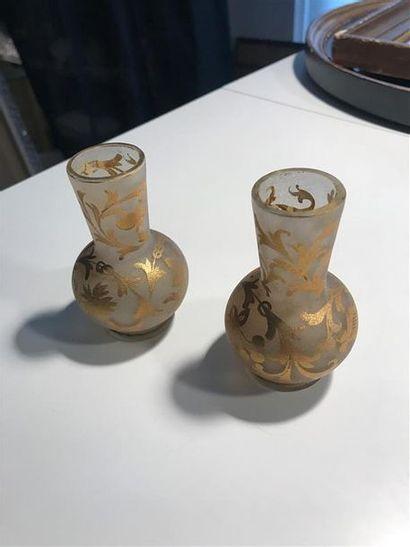 Deux petits vases en verre à décor doré de...