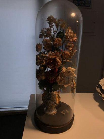 Petit vase contenant un bouquet de fleurs...