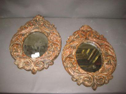 Paire de miroirs ovales. Encadrement peint...