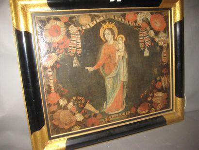 Vierge à l'enfant dans un décor de drapé...