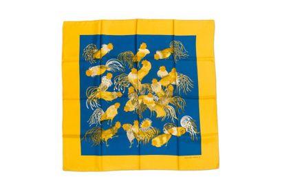 HERMES Carré à décor de coqs, entourage jaune (petites taches et un petit fil t...