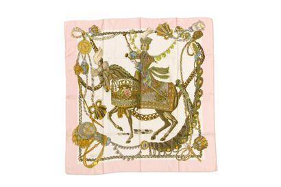 HERMES Carré à décor d'un cavalier, entourage rose pâle (quelques salissures)