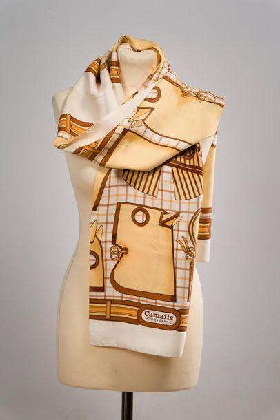 """HERMES Echarpe en twill de soie """"Camails"""" dans les tons blancs, marron et beiges,..."""