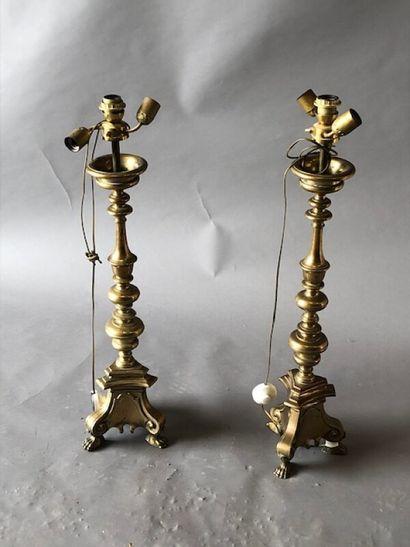 Paire de pique-cierges tripodes en bronze...
