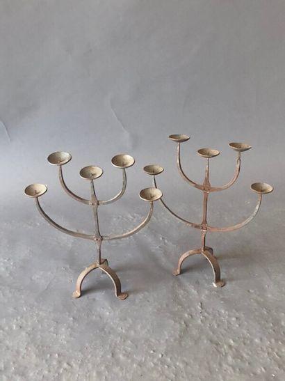 Paire de candélabres en fer forgé (ou pique-cierge)...